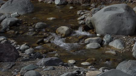 крайняя местности : Stones in the mountain river. Water stream and gray rocks.