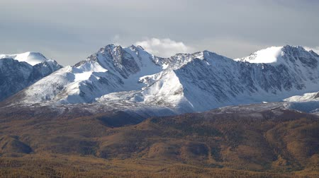 préri : Beautiful panoramic shot of snowy Altai mountains peaks.