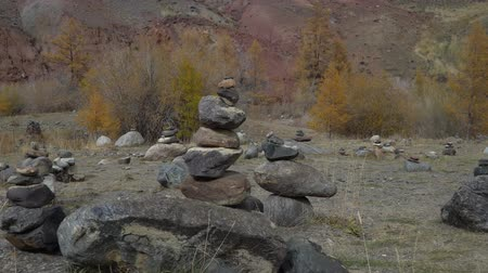 pyramida : Siberian landscape with stone pyramids in the Altai Mountains. Dostupné videozáznamy