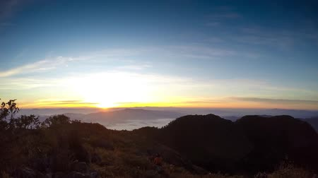 picos : Brilliant summit dawn above flowing cloud waves, red sun disk time lapse Vídeos