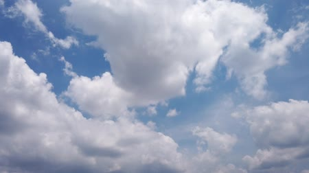 meteorologia : Blue daylight summer sky with fluffy white clouds  rolling & fast motion beautiful clouds  and wind fast moving cloudscape away in horizon, real colours as nature image. Time lapse shot. Stock Footage