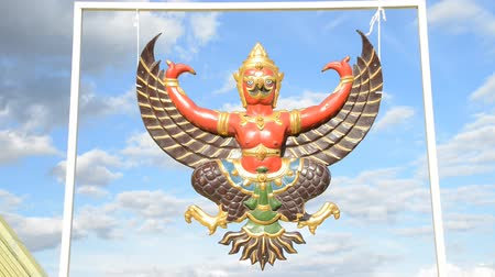 heykel : Wind blows statue garuda is hanging on framework. Stok Video