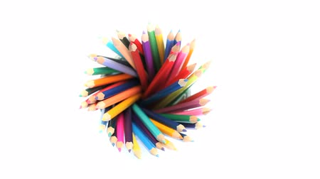 ołówek : Several color pencils in a pencil holder turning on a white background