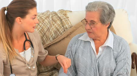 próba : Nurse talking with her senior patient