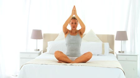 konfor : Woman doing yoga on her bed