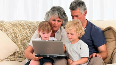 гостиная : Family looking at their laptop