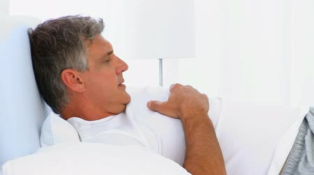 noční prádlo : Middle aged man waking up in his bed