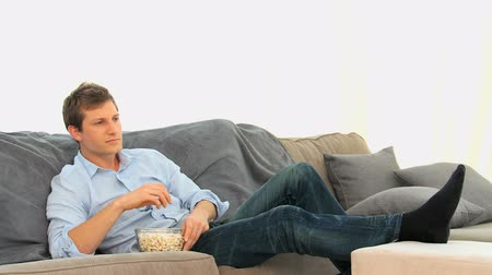 somente para adultos : Casual man watching a match on tv in the living room Stock Footage
