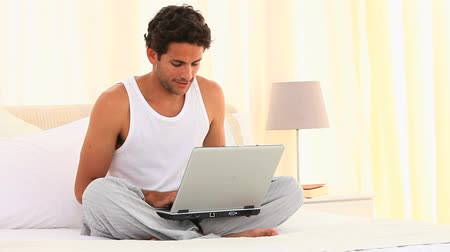 otuzlu yıllar : Casual man using his laptop on her bed