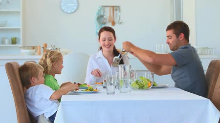 ebéd : Family eating together in the kitchen