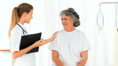 hemşirelik : Nurse talking with her patient
