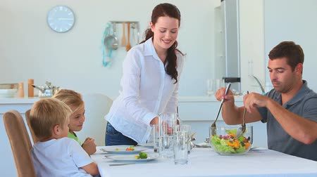 nutrição : Parents serving food to their children