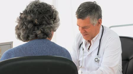 médicos : Woman talking with her doctor