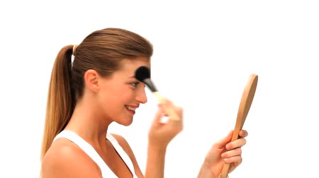 banyo : Woman putting on make up Stok Video