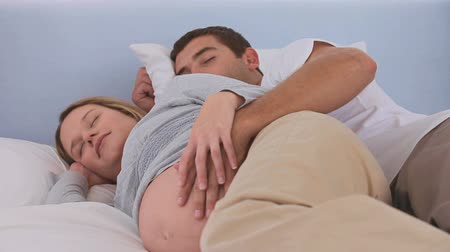 nascimento : Future parents sleeping together in their bed