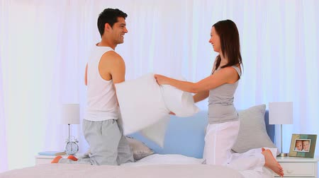 almofada : Couple having a pillow fight