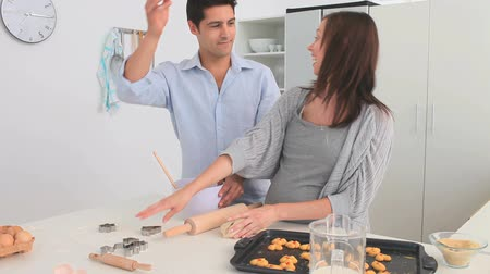 otuzlu yıllar : Beautiful couple cooking together in their chicken