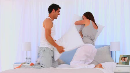 almofada : Happy couple having a pillow fight