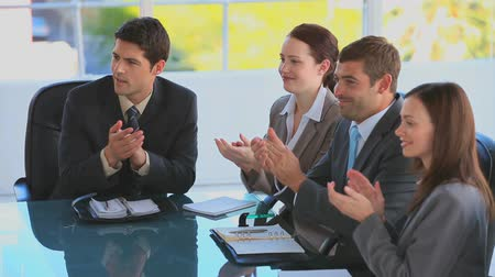 eğitici : Businessteam clapping their hands during a meeting Stok Video