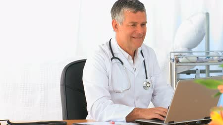 profesyonel meslek : Doctor working on his laptop