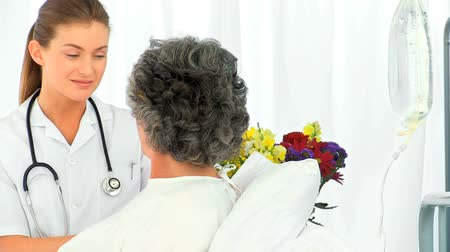 hemşirelik : Nurse talking with her female patient