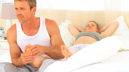 ayaklar : Man massaging his wifes feet on the bed