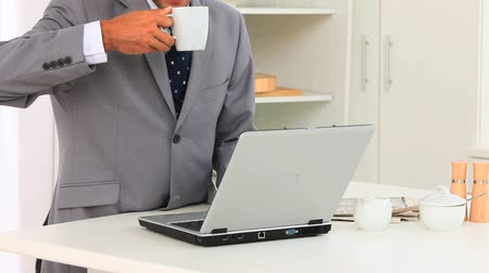 magány : Business man working on his laptop to check his prgramme