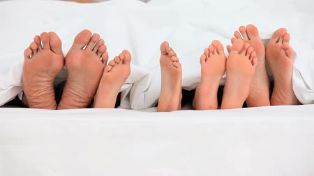 ayak parmakları : Feet of a family in a bed