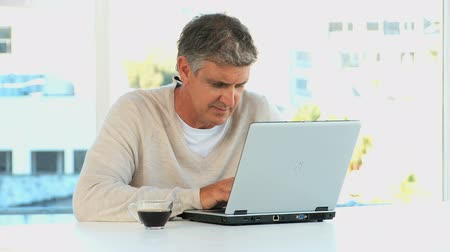 gondol : Casual man with a laptop looking at the camera  Stock mozgókép