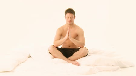 mężczyźni : Young Handsome Man practicing Yoga on bed