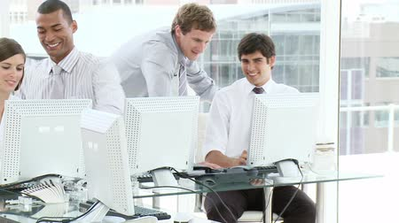 parceria : Young people working in an office