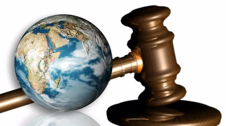 закон : Animation of the Earth spinning and a gavel. Concept of justice