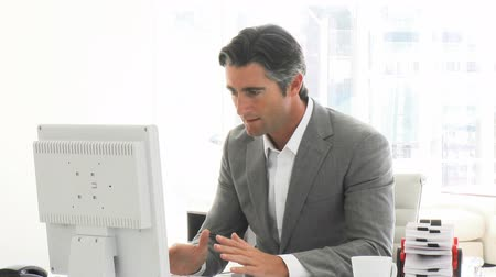 kifejezés : Successful businessman working at a computer in the office