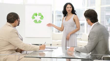 партнеры : Business woman presenting the concept of recycling in a company
