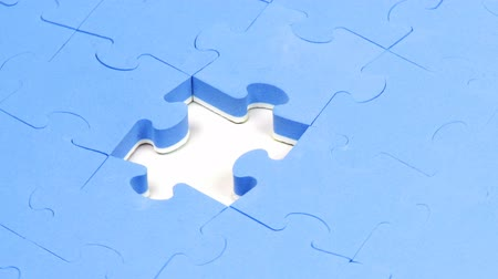 serra de vaivém : Jigsaw puzzle without the solution piece turning. Concept of solution in business Vídeos