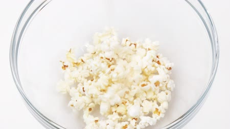 попкорн : Footage of popcorn falling in a bowl in high definition