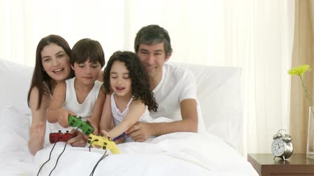 дичь : Footage in high definition of happy family playing video games in bedroom Стоковые видеозаписи