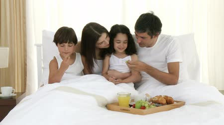 kahvaltı : Footage in high definition of happy family having breakfast in bed