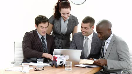 relação : Young Business people in a meeting talking to each other in a busy office