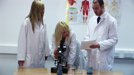 naukowiec : HD Footage of Researching in a lab