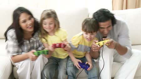 eğlence oyunları : Footage in high definition of family playing video games on the sofa