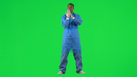 luva : Footage of an ethnic surgeon putting on gloves against green screen in high definition Stock Footage