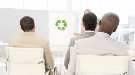 felügyelő : Confident business woman presenting the concept of recycling in a company