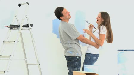 postel : Woman having fun with her boyfriend during a renovation
