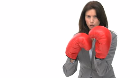 кулак : Angry businesswoman with boxing gloves against a white background