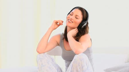 harmonia : Smiling woman listening to music Wideo