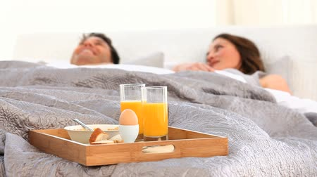íntimo : Couple having breakfast in bed