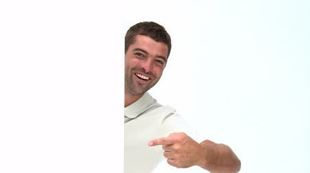 előléptetés : Happy man showing a white board isolated on a white background Stock mozgókép