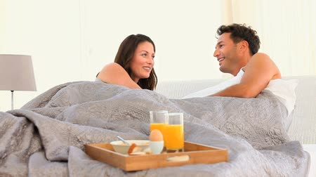 namorado : A couple talking to each other in their bed at home  Vídeos