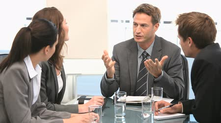 sala de reuniões : Businessman talking with his coworkers in a office Stock Footage